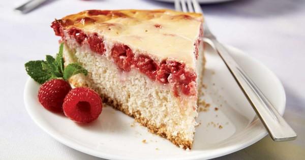 Yogurt and berry cake
